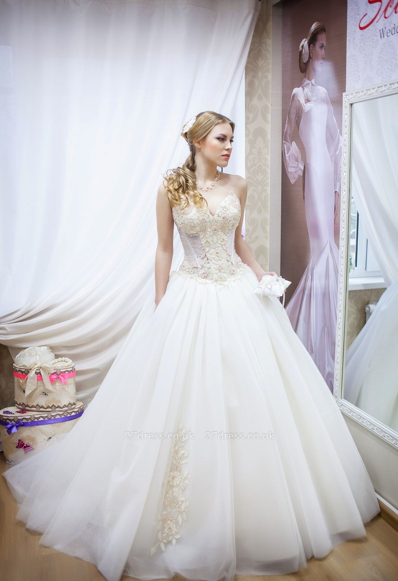 Elegant Sweetheart Sleeveless Tulle Wedding Dress With Beadss
